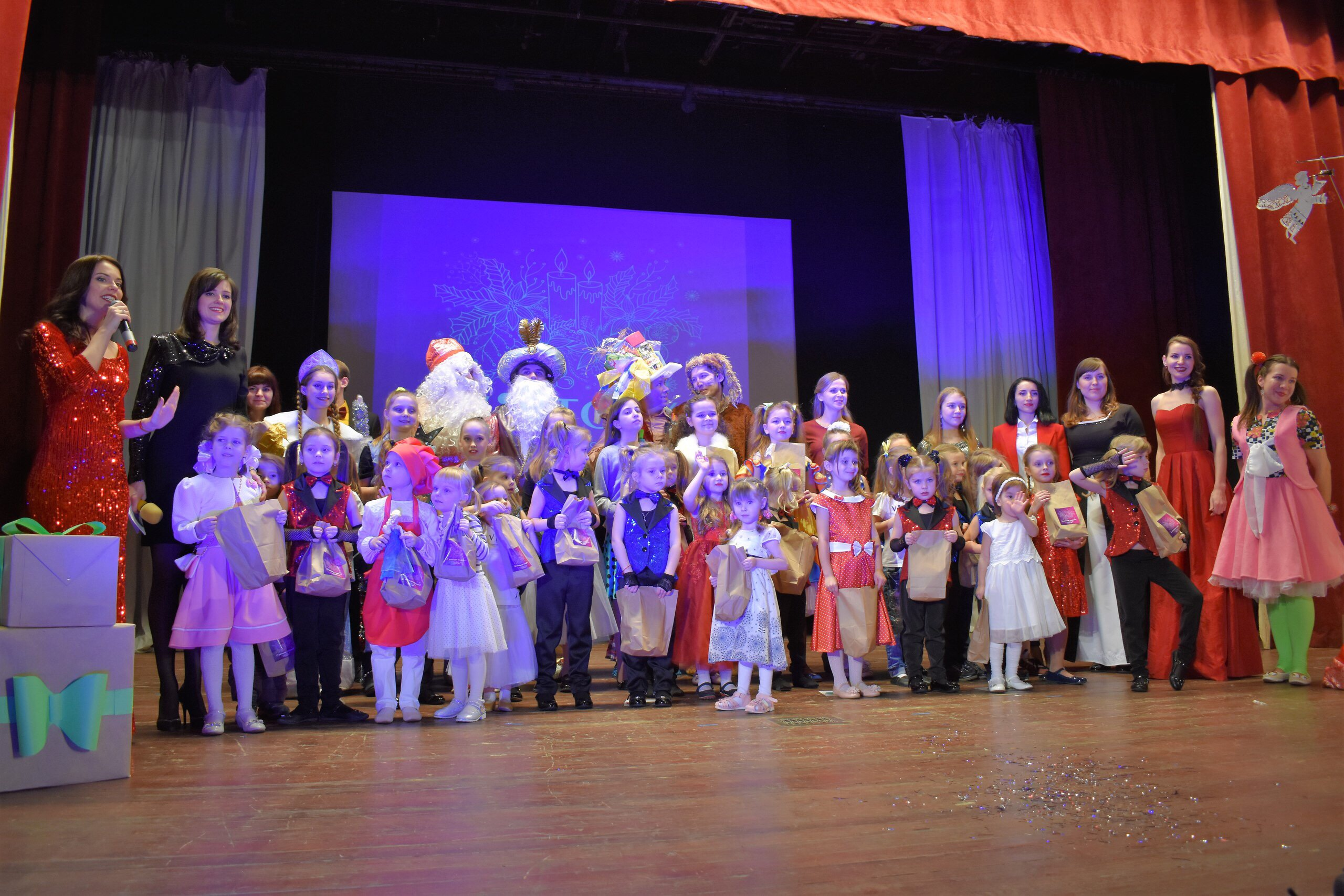 Новогодний праздник для детей Донбасса